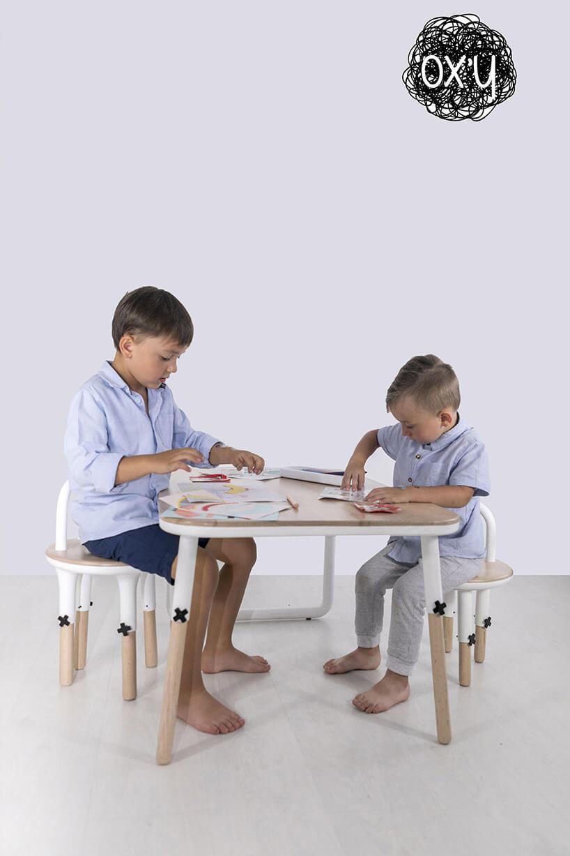 dwójka chłopców bawiących się przy stole dla dzieci OX'Y
