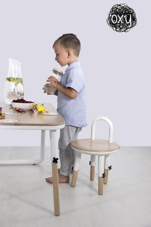 mały chłopiec przy zestawie mebli dla dzieci OX'Y