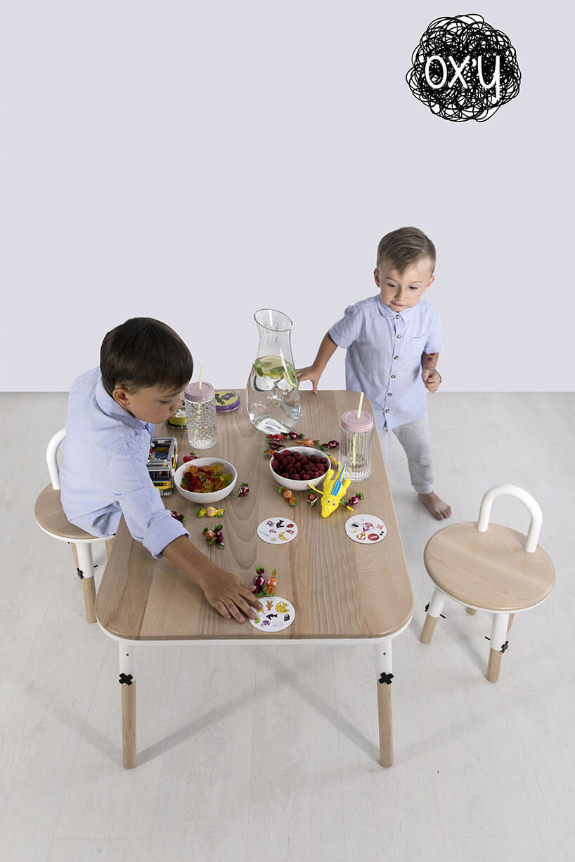 dwójka dzieci przy zestawie mebli dziecięcych OX'Y