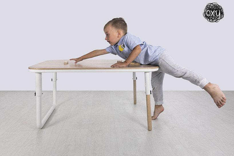 wyjątkowy stół dla dzieci zregulowaną wysokością