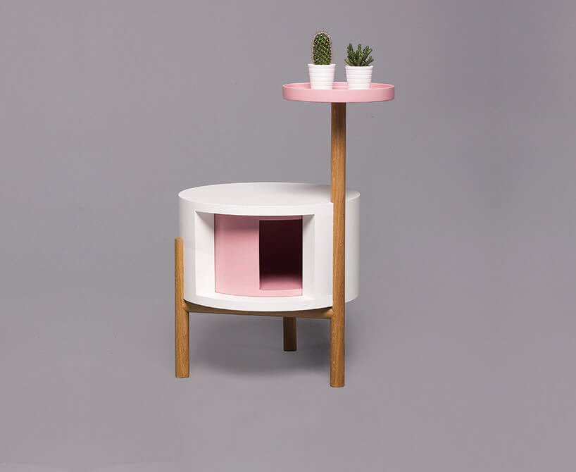biało-różowy stolik zmałym wyższym blatem