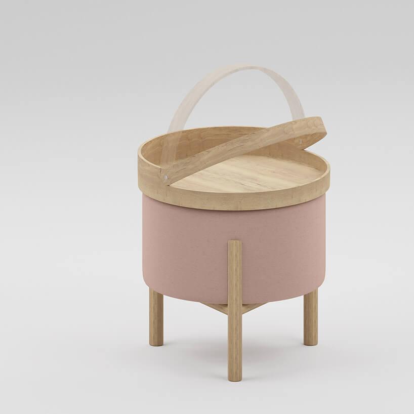 mała drewniana taca zuchwytem na różowej pufie
