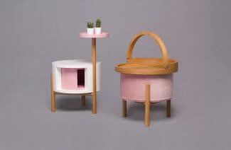 biało-różowy stolik obok przenośnego stolika na pufie
