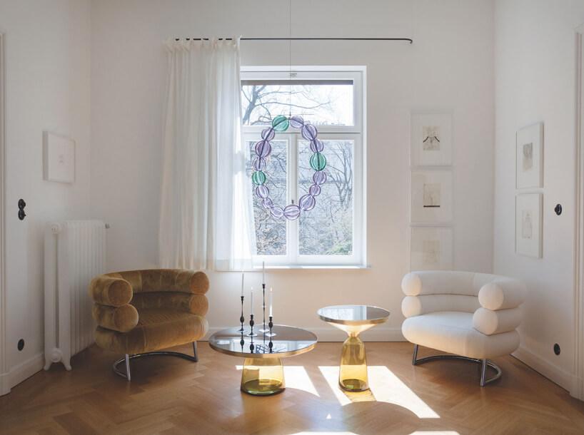biały ibrązowy wyjątkowy fotel Eillen Gray wbiały saloniku