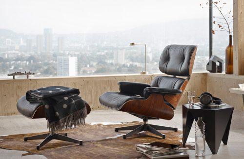 drewniany nowoczesny fotel z podnóżkiem z czarną skórą