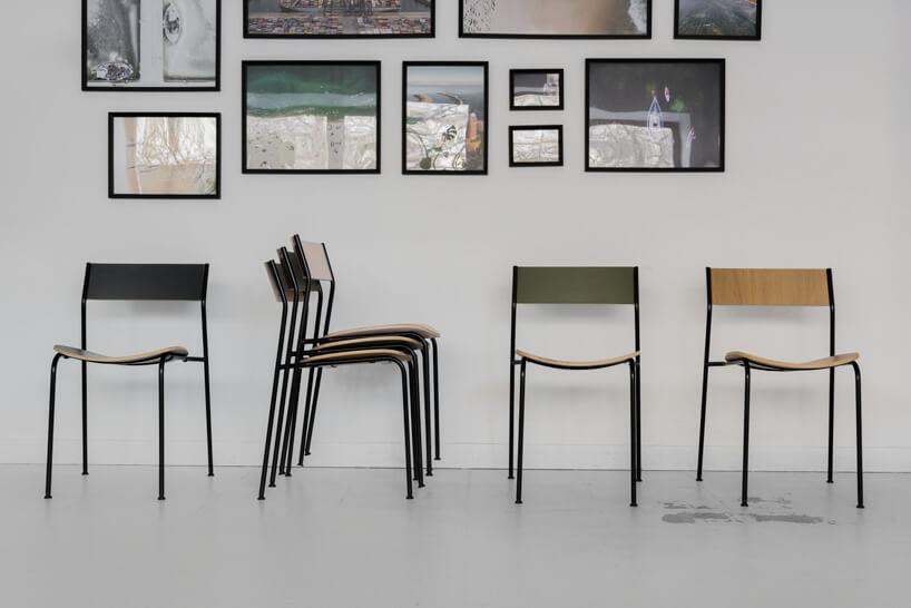 krzesła na tle szarej ściany zobrazami