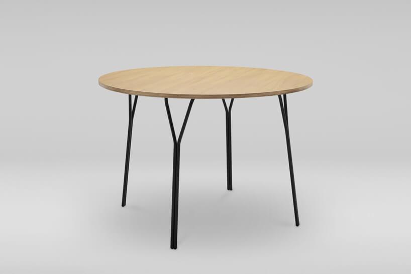 brązowy stolik na szarym tle