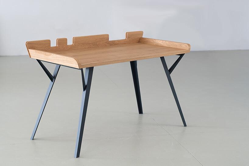 nowoczesny projekt małego biurka Diag od Bozzetti drewniany blat ze ściankami na czarnych drewnianych nogach