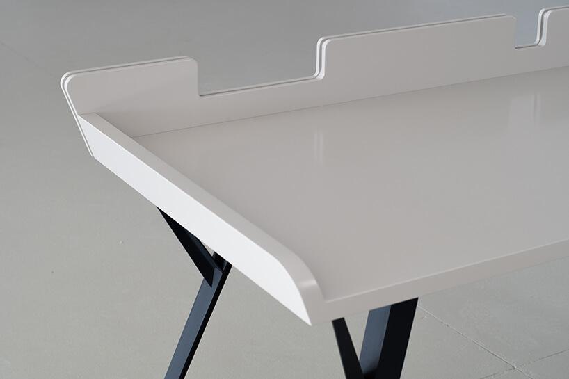 nowoczesne małe biurko Diag od Bozzetti zbiałym blatem