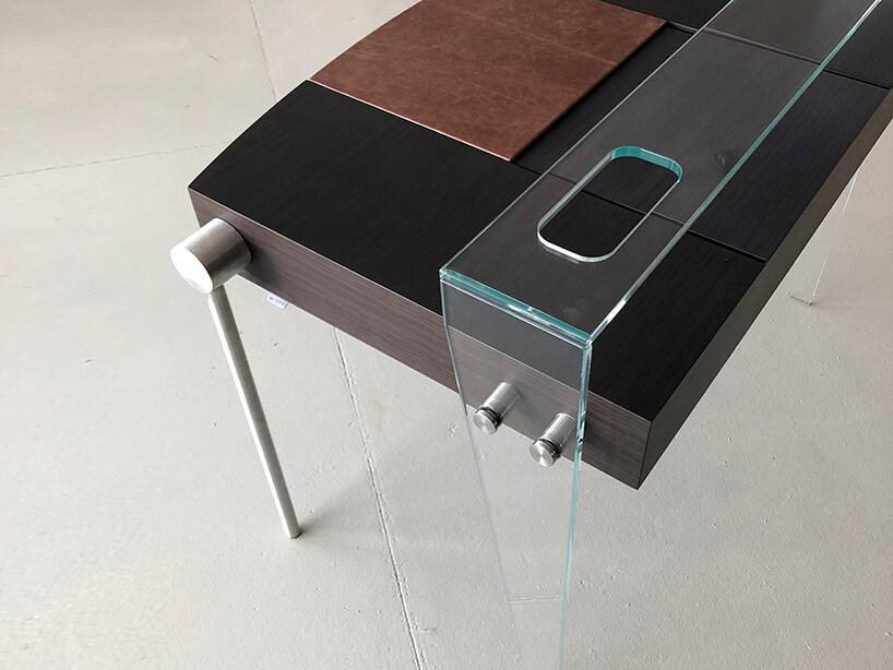 wyjątkowe ciemne biurko Dottore od Bozzetti zdrewnianym blatem inogami zmetalu iprzeźroczystego plastiku