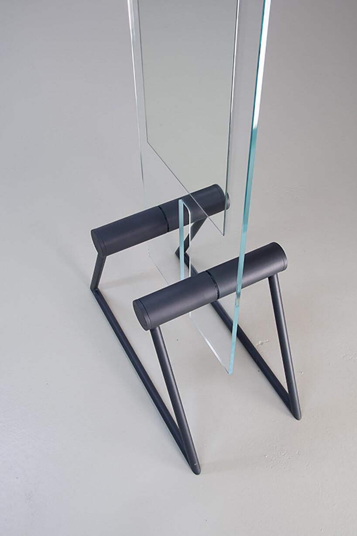 wyjątkowe lustro Tremo od Bozzetti na metalowych ciemnych nogach zbliska