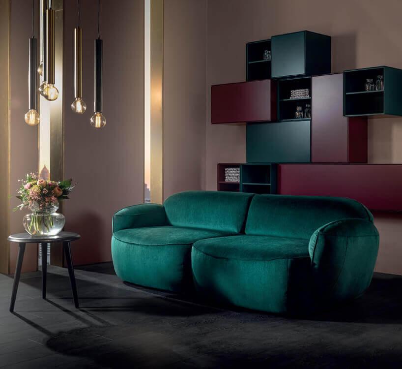 Sofa Blues od mti furninova wkolorze ziolonym na ciemnym dywanie