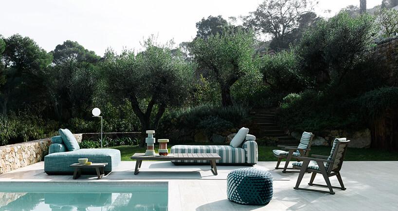 biało zielony zestaw ogrodowy Hybrid od B&B Italia na drewnianych stelażach nad małym basenem
