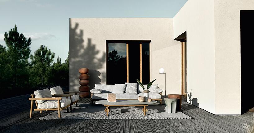 jasny zestaw mebli ogrodowych Avana od B&B Italia sofa obok dwóch foteli na drewnianych stelażach przy niskim stoliku