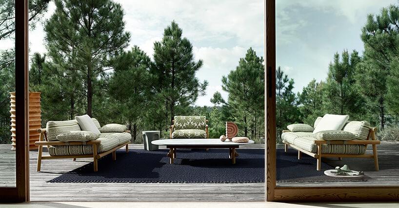 zestaw mebli ogrodowych Avana od B&B Italia na wysokim drewnianym tarasie na tle koron drzew