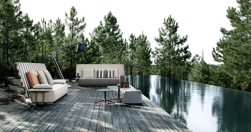 zestaw mebli Oh, it rains! projektu Philippe Starcka na drewnianym tarasie nad taflą basenu bez krawędzi