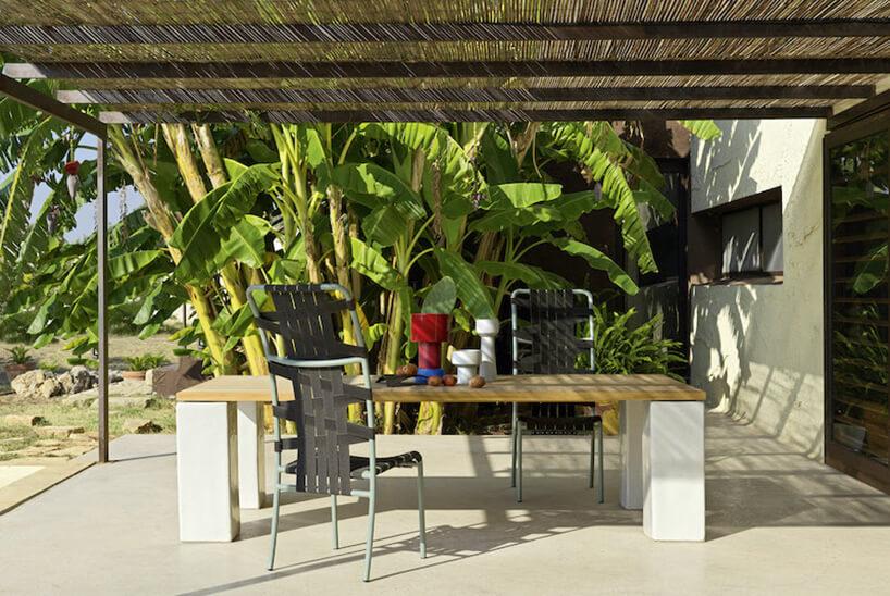 zestaw mebli ogrodowych Gervasoni od Mood Design trzy krzesła zpaskowymi siedziskami przy stole zdrewnianym blatem
