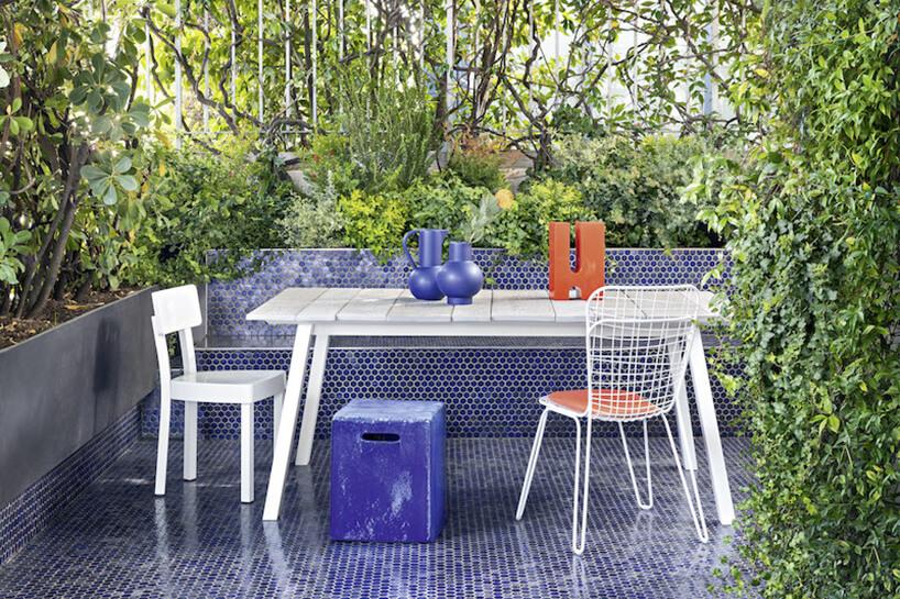 biały zestaw mebli Gervasoni od Mood Design na mozaikowym niebieskim tarasie