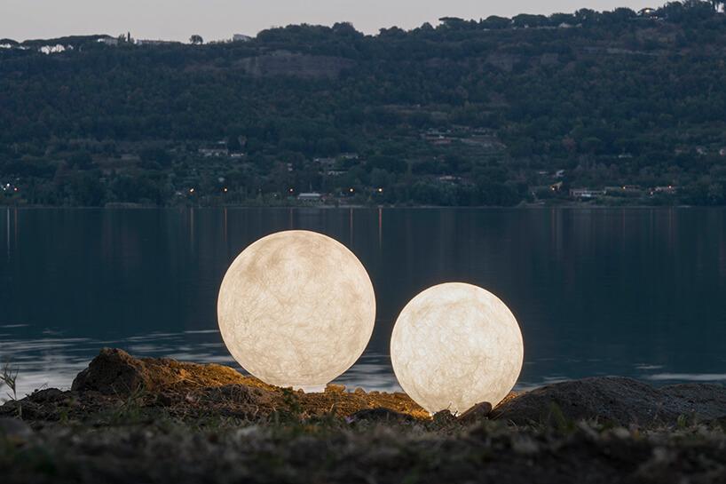 wyjątkowe kuliste lampy In-es.artdesign na tle jeziora