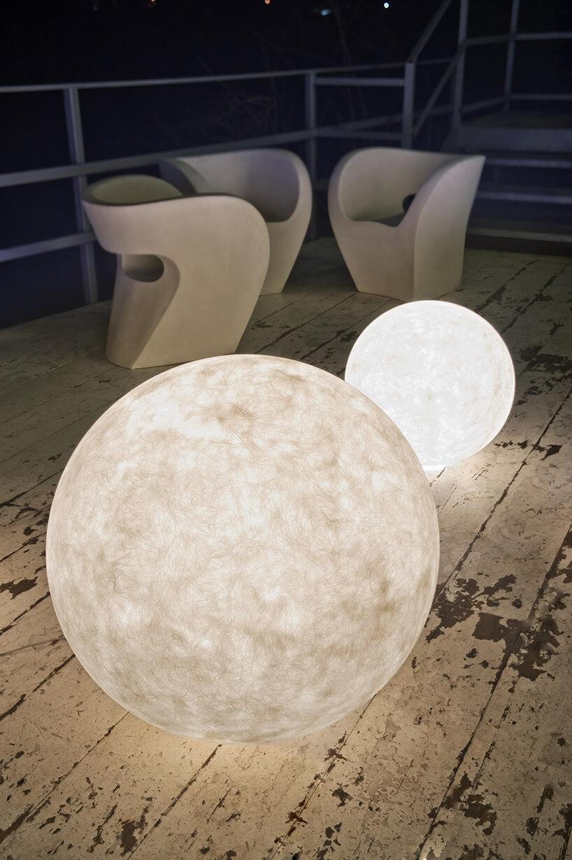 wyjątkowe kuliste lampy In-es.artdesign na starych wytartych białych deskach