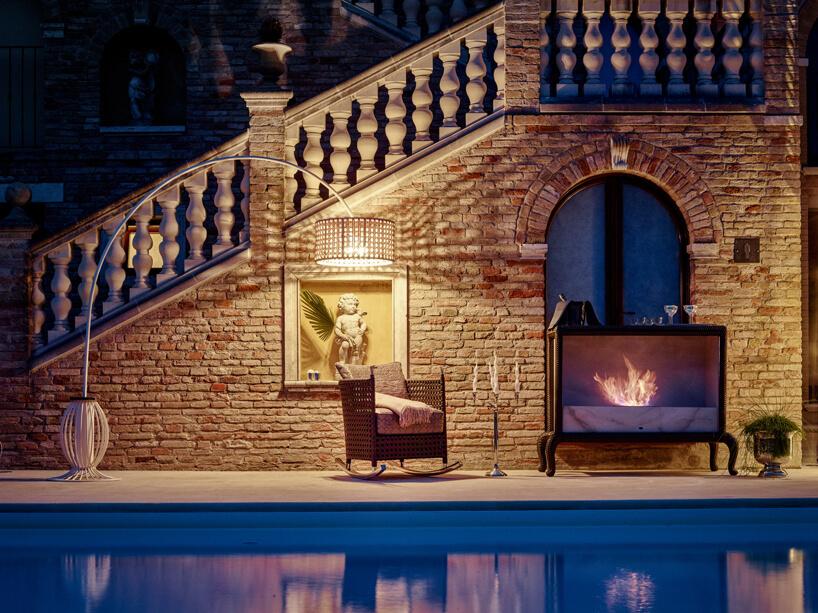 ekskluzywne meble ogrodowe Modifica od Samuele Mazza wyjątkowy kominek ibujany fotel na tle kamiennych schodów