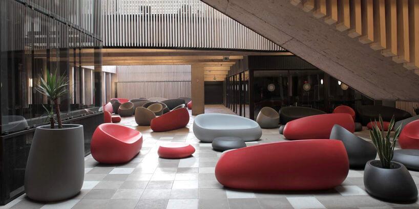 ekskluzywne meble ogrodowe Stones, Stefano Giovannoni iElisa Gargan dla Vondom kolorowe siedziska wkształcie kamieni wprzestronnym wnętrzu