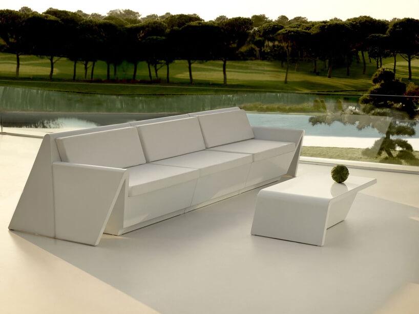 białe ekskluzywne meble ogrodowe Rest projektu Studio A-Cero dla Vondom długa biała sofa przy białym niski stoliku na tle lasu