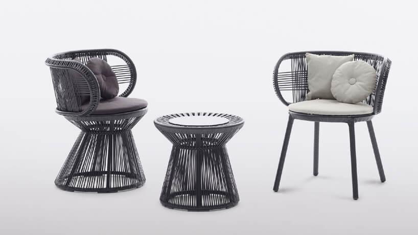 dwa czarne siedziska ogrodowe zmały stolikiem zbiałymi elementami