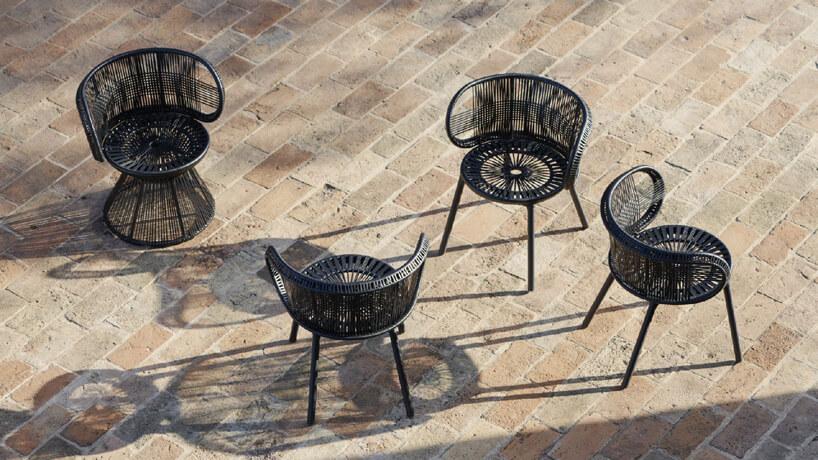 cztery czarne ekskluzywne krzesła ogrodowe na kamiennym tarasie
