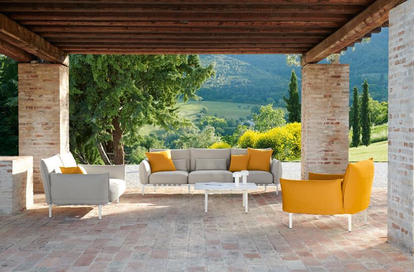 jasny zestaw ogrodowy sofa ifotel na tarasie obok żółtego fotela