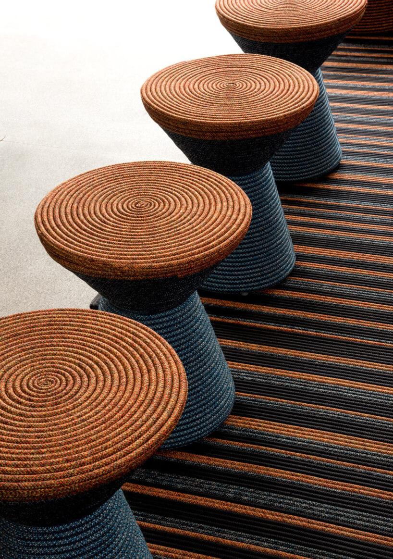 niebiesko-brązowy ekskluzywny siedzisk ogrodowych na dywanie
