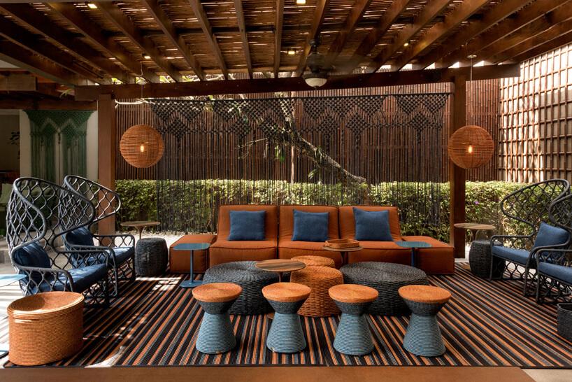 niebiesko-brązowy ekskluzywny zestaw mebli ogrodowych pod delikatnym dachem