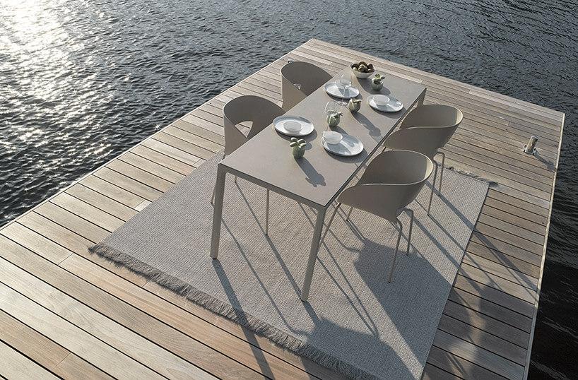 stół na drewnianym pomoście na tle wody