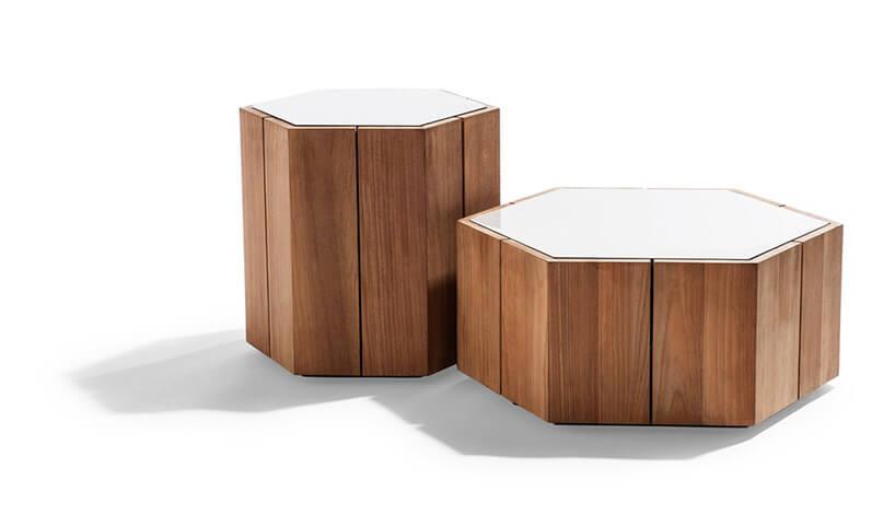 dwa sześciokątne stoliki zbiałym blatem