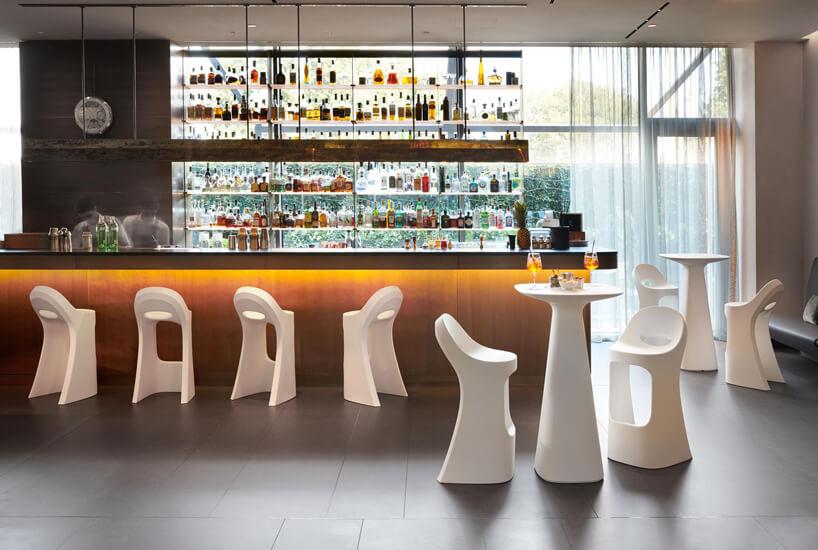 białe wysokie plastikowe stołki wrestauracji