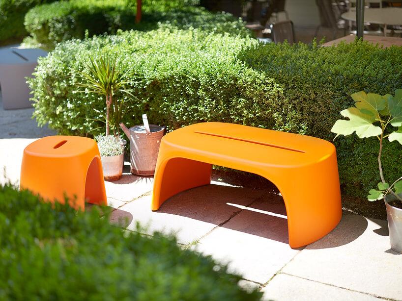 pomarańczowe plastikowe siedziska pośród zieleni