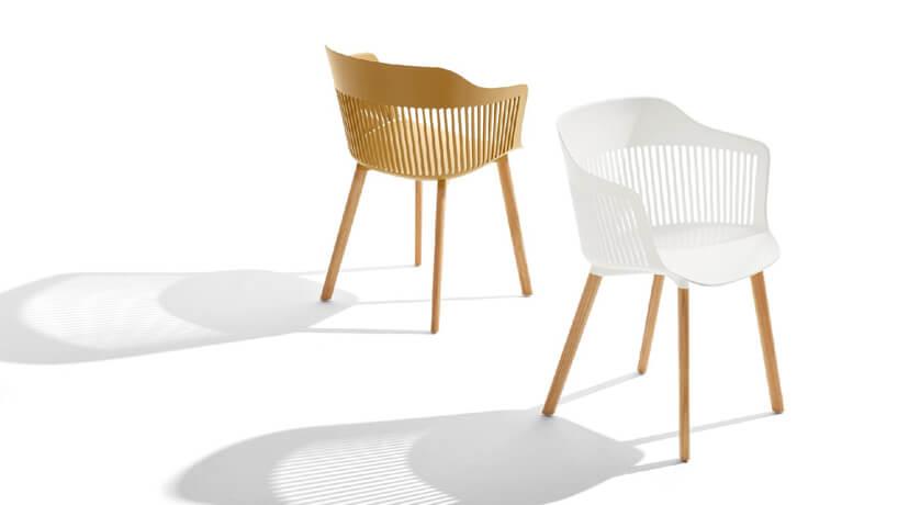 białe izłote plastikowe krzesło zdrewnianymi nogami