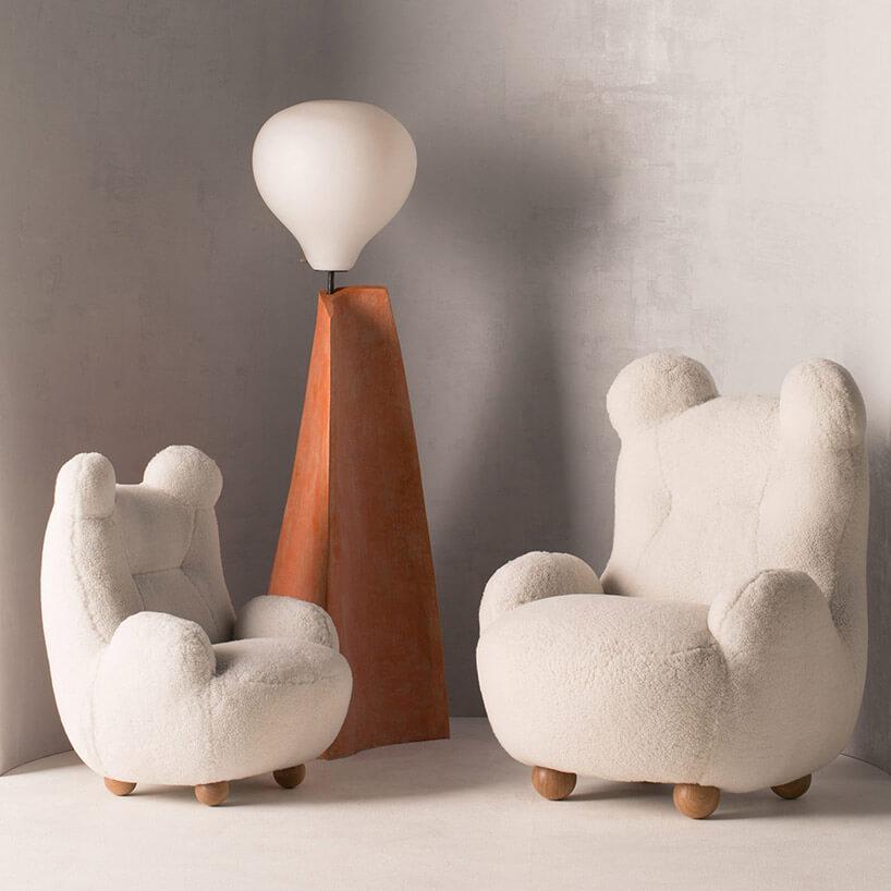 trzy fotele wmotywie misia obok lampy
