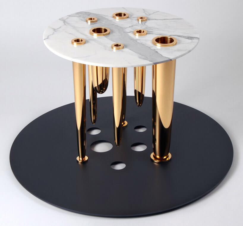 wyjątkowy stolik ze złotymi nogami do góry stojący na blacie