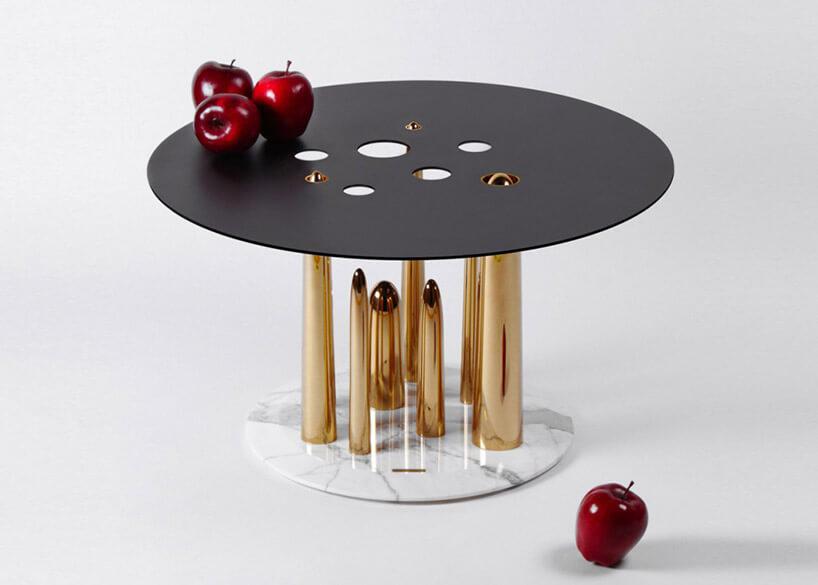 wyjątkowy stolik ze złotymi nogami iczarnym blatem