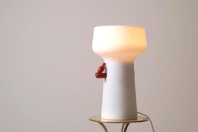 biała lampa świecąca ugóry