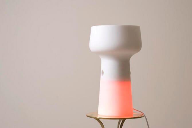 biała lampa świecąca udołu