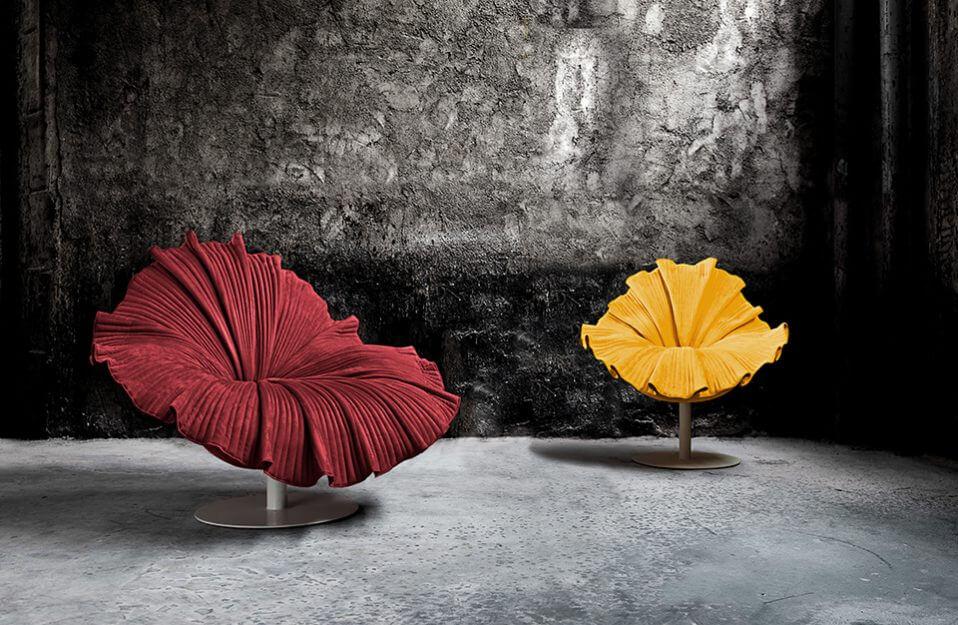 czerwony i żółty fotel o nietypowej formie