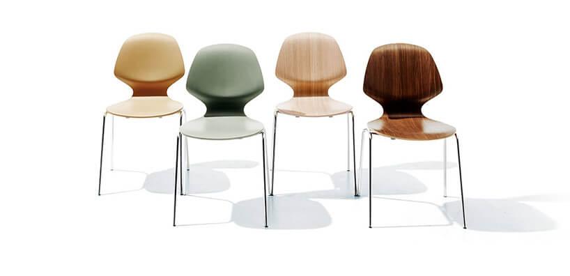 cztery różnokolorowe krzesła