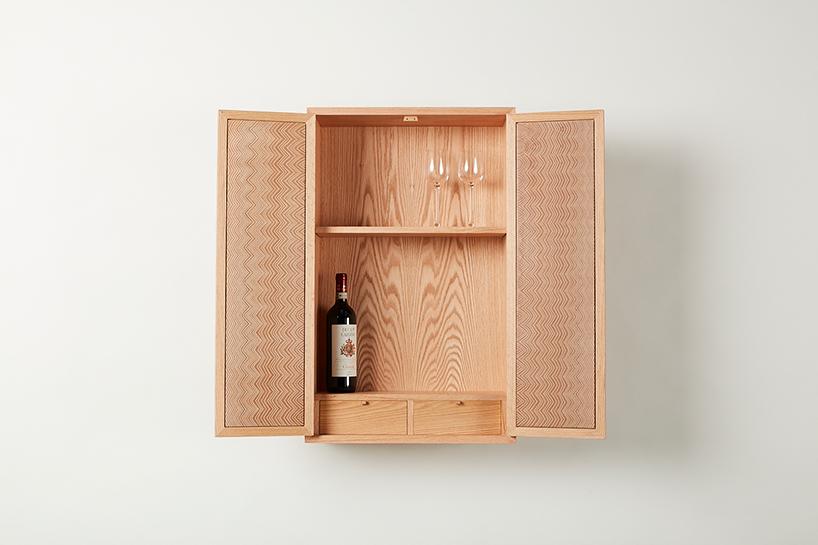 otwarta drewniana szafka na ścianie zwinem wśrodku