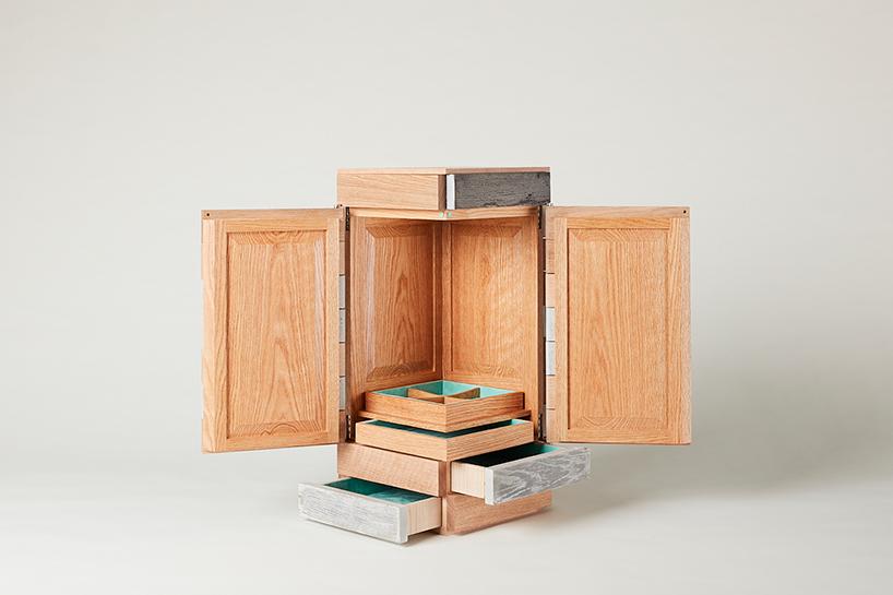 Otwarta drewniana szafka zszufladami