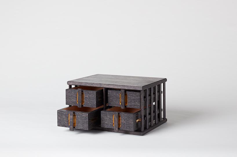 czarna drewniana szafka na bieliznę