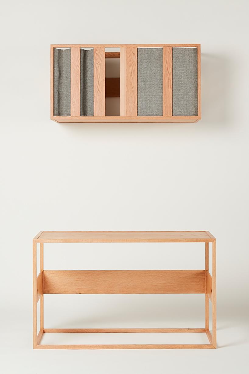 Drewniana szafka na ścianie zdrewnianym stołem pod nia
