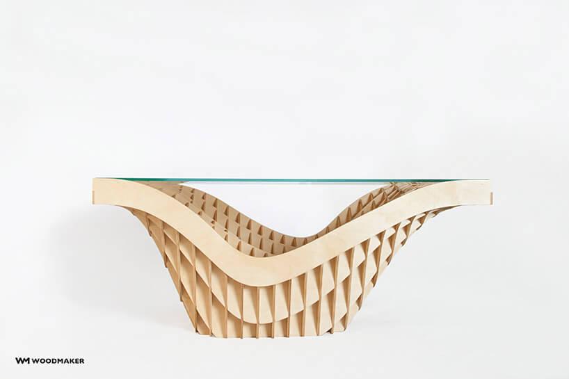 stół zpodstawą zpołączonych cienkich deseczek