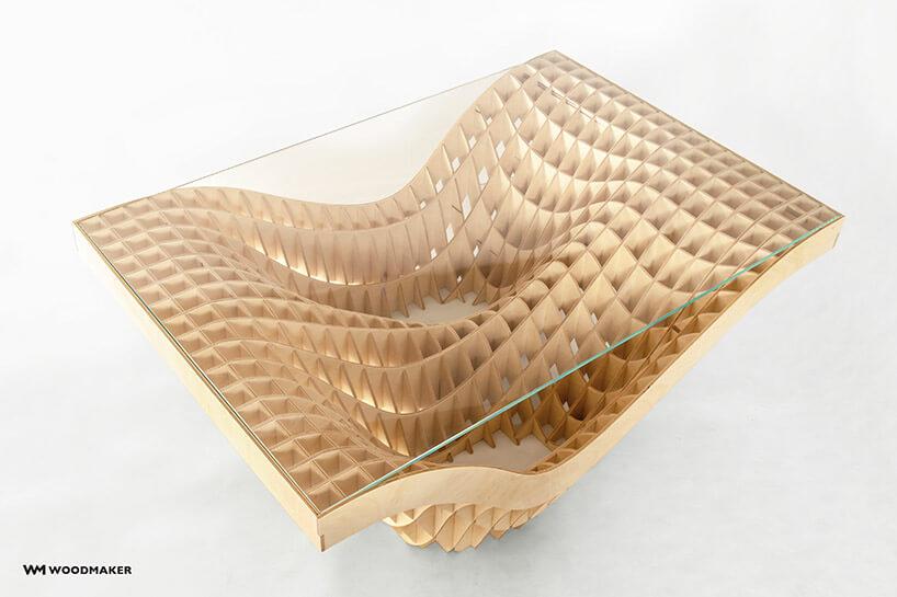 stół zpodstawą zpołączonych cienkich deseczek zgóry